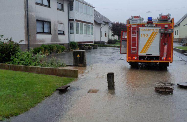 überflutete Fahrbahn